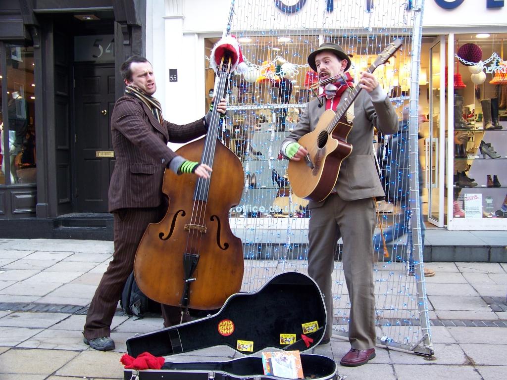 играют на улице музыку видео поваром