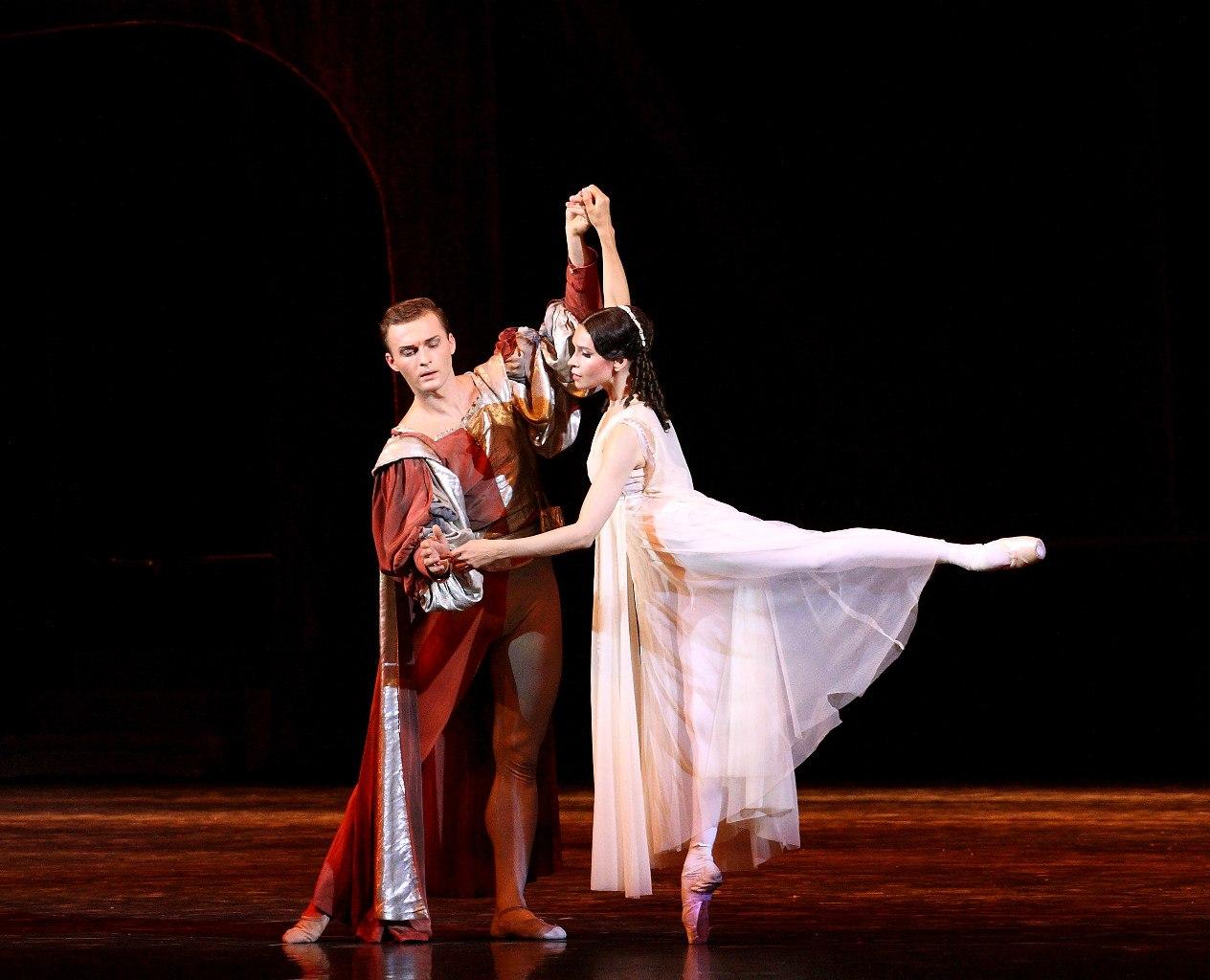 появление южной картинки балет ромео и джульетта украшен елками, гирляндами