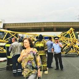 На Калужском шоссе на машину упал башенный кран