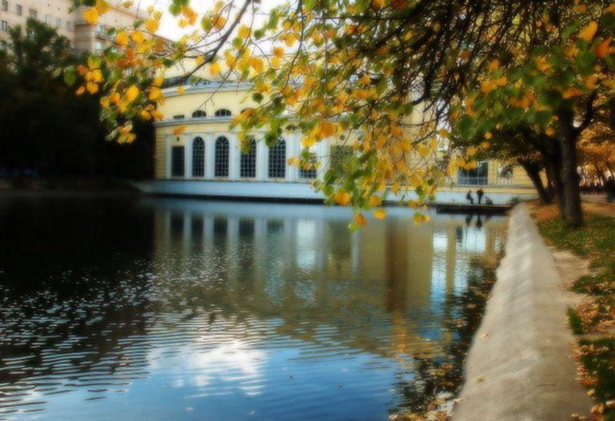 Картинки по запросу 5) Чистые пруды москва осень