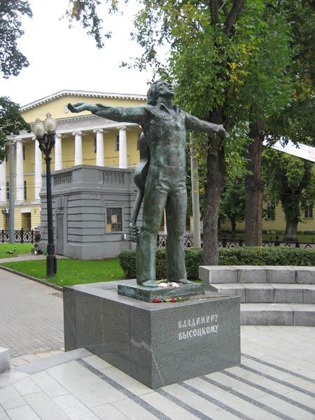 Памятник высоцкому москва фото памятники из гранита с крестом 50