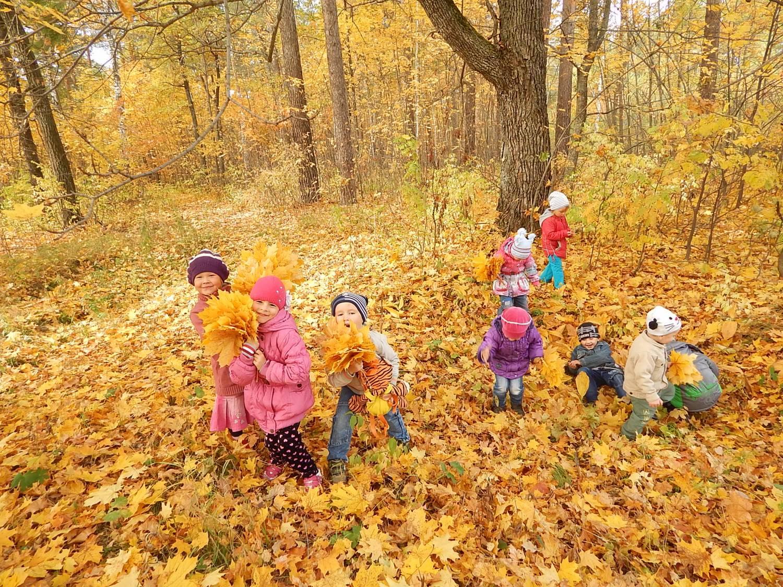 Картинки дети осенью играют, открытка открытки рисунки