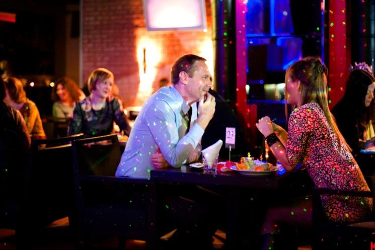 Москве в кафе по столикам пересаживаются знакомств