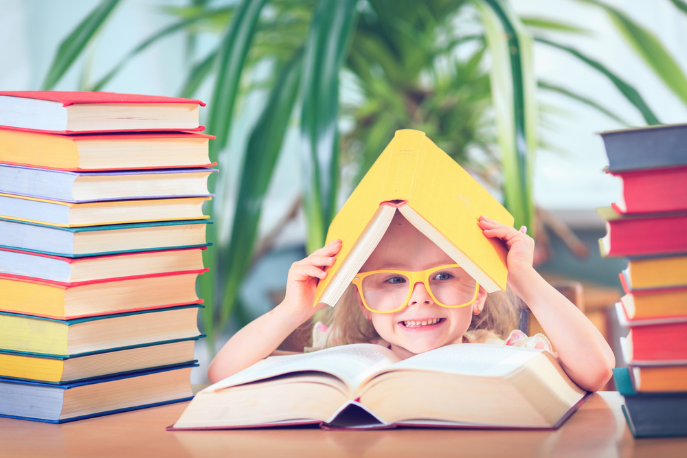 Девочка рассматривает картинки в книге