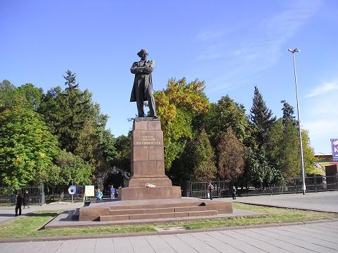 Памятник чернышевскому в саратове фото цены на памятники мурманск гранит