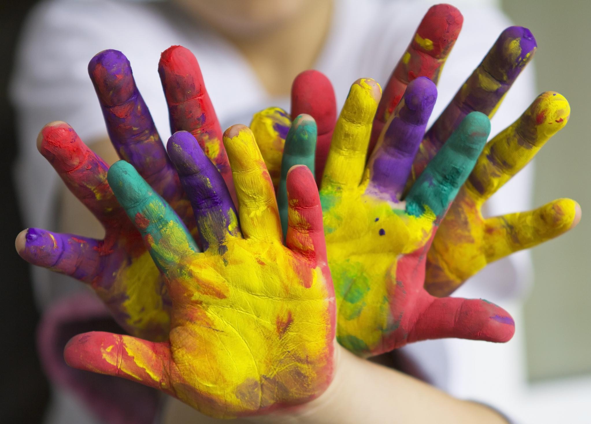 Краски в картинках на руках