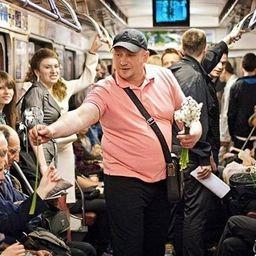 Цветочный флешмоб в московском метро