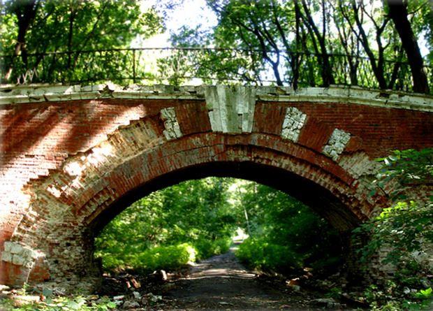 Кирпичный арочный мост в Нескучном Саду