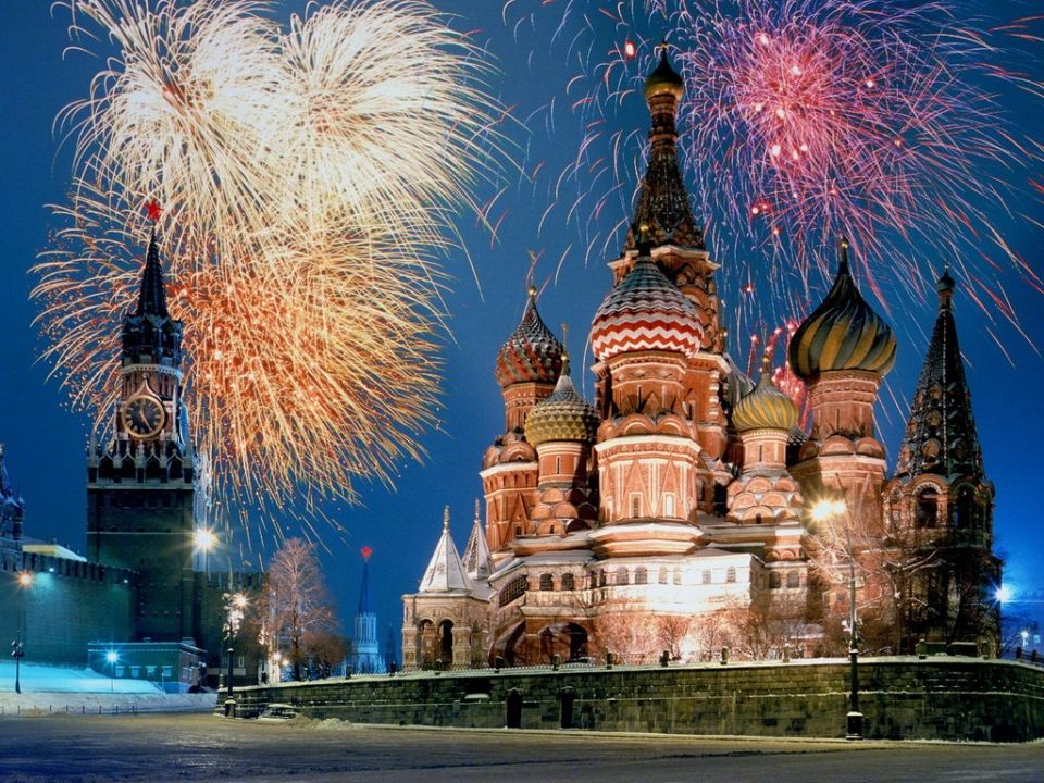 В Москве перенесен новогодний салют на час ночи