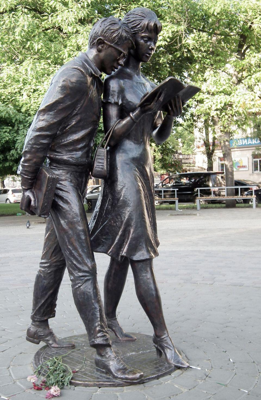 Фото девушек с памятником 16 фотография