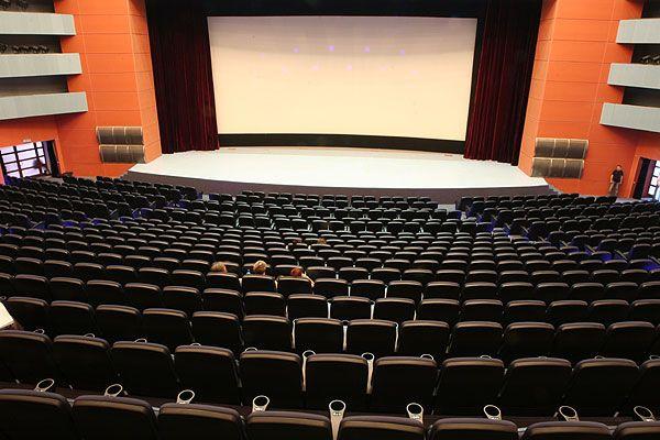 Инна, думаю, посмотреть концерт у Вас тоже получится.  Мне кажется, с любого ряда зала сцена хорошо будет...