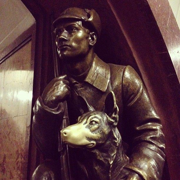Скульптура пограничника с собакой на станции «Площадь Революции»