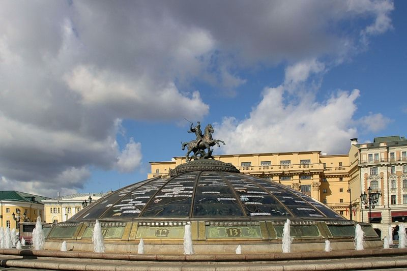Москва. Манежная площадь. Вид на Фонтан Часы Мира на куполе