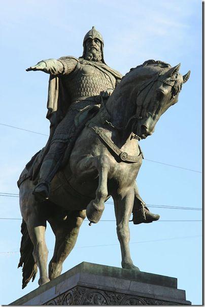 Памятник Юрию Долгорукову