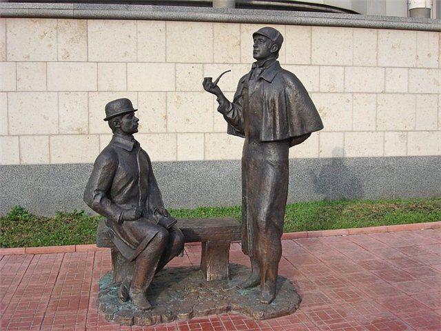 Памятник сыщикам Шерлоку Холмсу и доктору Ватсону
