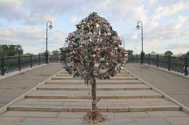 Медное дерево на Лужковом мосту